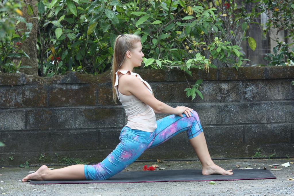 Анджанеясана – это эффективная поза йоги для укрепления и вытяжения мышц ног.